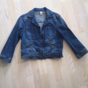 Fin kort denim jakke fra Vila. Med stretch i stoffer og lynlås detaljer. Str. M. Nypris 500, pris 75 afhentet i Ikast eller plus porto (38 med DAO)