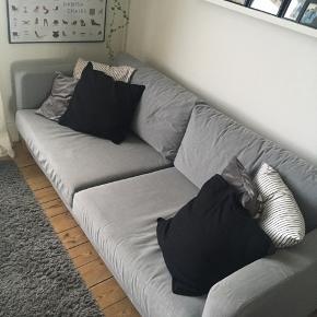 Ikea Karlstad sofa. Har et ekstra hvidt betræk til, som kan købes med for 150kr.