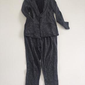 Lækkert blødt sweat sæt  Blazer og baggy bukser  Bukser str 140 meget store i størrelsen  Blazer str. 158