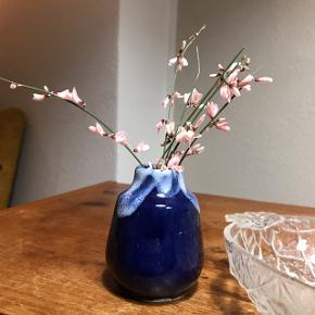 Fin blå tysk vase 💐 miniature som ca. måler 8 cm. Smuk blå glasur med lyse detaljer. Ingen fejl!   Bemærk - afhentes ved Harald Jensens plads eller sendes med dao. Bytter ikke ☺️🌸   ⭐️ vase tysk retro design loppefund blå mørkeblå keramik stentøj