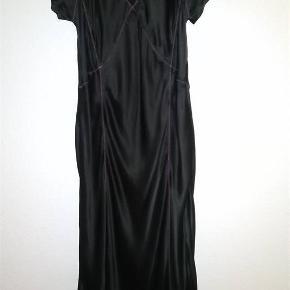 Super smuk feminin kjole fra Day Birger et Mikkelsen. Str 38. 100 % silke. Kun haft på kort én gang. Så flot på. Klassisk, elegant og meget anvendelig. Perfekt til de mange kommende julefrokoster. 500, - pp og mobilepay. Sender hurtigt 😊
