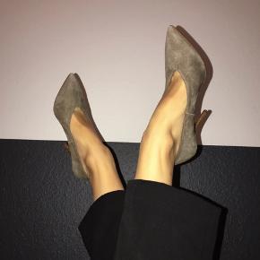 Så fine grå-grønne sko i ægte ruskind fra H&M i en str. 37.  De er UTROLIGT behagelige og kan også passes af en 36,5. Bytter ikke  Køber betaler fragt og ts gebyr ✨