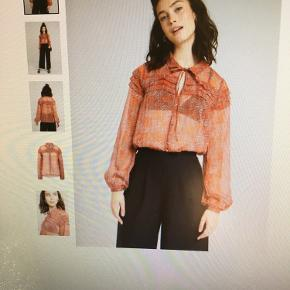 Skjortebluse i let gennemsigtig stof, farve pink/rust, 100% polyester. Bytter ikke.