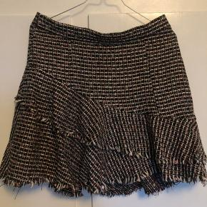 Rigtig fin nederdel i boucle. Har en lille smule guldglitter i. Aldrig brugt