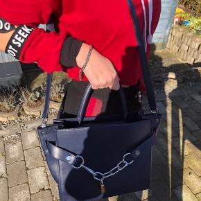 Virkelig lækker Alexander Wang taske med kæde. Har nogle utydelige striber fra imprægnering, som sikkert kan pudses op. Brugt to gange, da størrelsen desværre ikke passer til, at jeg altid skal have PC med mig. #30dayssellout