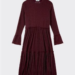 Super fin Moves by minimum kjole i flot bordeaux/rødlig kjole. Kan passes af XS - M. Brugt én gang.