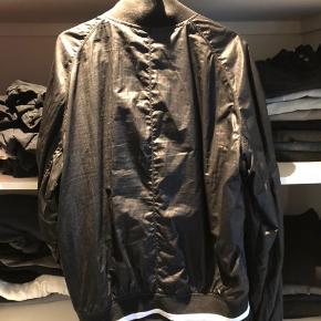 Armani jeans jakke/frakke Sælger den, da jeg ikke får den brugt. Fejler intet og brugt skånsomt. Så ingen skader eller lignende på jakken Det en XL, men den er lille i størrelsen så L fitter den også. God jakke når det ikke er så koldt. Intet ORG medfølger, derfor den er sat billigt. Original pris var 2000 Prisen er 600 men BYD. Mp 400