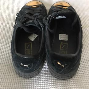 Flotte Puma sneakers i sort med guld. De er brugte, men ikke slidte:-) str.37,5.