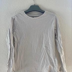 Bluse 122-128  - fast pris -køb 4 annoncer og den billigste er gratis - kan afhentes på Mimersgade Kbh n - sender gerne hvis du betaler Porto - mødes ikke ude i byen - bytter ikke