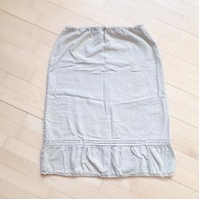 Nederdel fra Vero moda i str L. Snoren i taljen er taget ud (se sidste billede).   Måler ca 70 cm i talje omkreds og 68 cm i længden.  Kan hentes i Roskilde eller sendes med DAO mod betaling af fragt.  #30dayssellout
