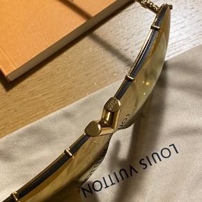 LV DRIVE SUNGLASSES  Jeg overvejer at sælge mine Louis Vuitton Drive Gold Sunglasses.    De har været på 2x en gang for et billede anden gang i bilen.  Jeg synes desværre ikke de mig alligevel og synes bestemt de skal videre til en som får glæde af dem☺️  De er ikke i butikken og heller ikke online.  ALT MEDFØLGER  KVITTERING ÆSKE DUSTBAG OG POSE   NP 3300  Mp 2800kr  Ved ts handel kommer fragt, gebyr og køberbeskyttelse oveni.  Det betyder at køber betaler omkostninger ved ts handel.   Man er velkommen til at komme og se/prøve dem på adressen.