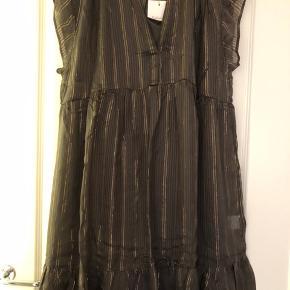 Fin kjole i farven smoke med underkjole i 95 viskose og 5 metallic ryan i brun. Bytter ikke