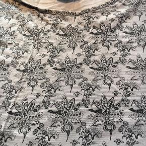 lækker grå t-shirt fra Marcus, vil kalde den one size, i mærket er den noteret for str. 3XL - men meget lille i str.! mål her noteret: brystmål: 2 x 63 cm længde fra skulder og ned. ca. 73 cm 100 % bomuld - næsten som ny bud fra 50 kr + evt. forsendelse  *Handel kan foregå kontant, via TS, bankkonto & Mobilepay*