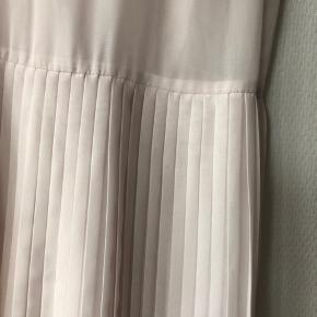 Smuk Agnes kjole. Np var 1700. Aldrig brugt. Kjole med plisseret underdel