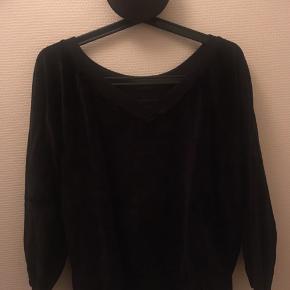 Smuk og feminin bluse i velour  80% bomuld  20% polyester  Køber betaler fragt