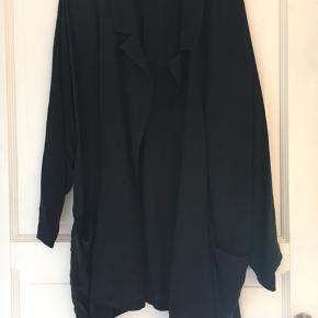 Cardigan/blazer fra American Vintage. Tyndt skjorteagtigt stof som falder flot, samt lommer i siden. Modellen hedder Nanogarden. Aldrig brugt, købt på udsalg til 800 kr.