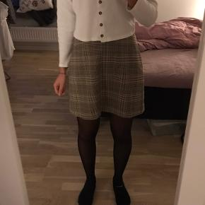 Super sød nederdel fra Monki, kun et år gammelt. Perfekt til efterår! ☺️