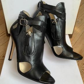 Cool Camilla Skovgaard black Zaha open-toe bootie i blødt kalve skind. Brugt 1 gang. Der medfølger original æske og dust bag. Spørg gerne efter flere billeder.