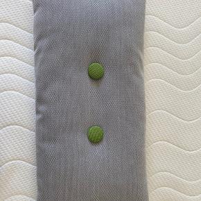 Hay pude med grønne knapper på den ene side og grå på den anden. Fremstår som ny