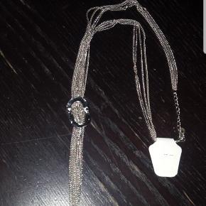 Halskæde i sølvfarve. 50 cm i omkreds. Kan gøres lidt kortere.   Med i tilbud 50 kr. stk. Tag 3 for 125 kr 😀  Kan afhentes på Vesterbro i København eller sendes med posten.