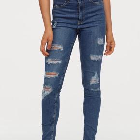 Super fine jeans med huller i fra h&m. Ikke brugt mere end et par gange og derfor i super fin stand.