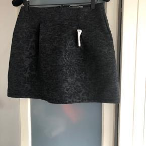 Lækker blød nederdel med smukt mønster i stoffet  Passer også en m Har to den ene dog uden mærke  Bytter gerne