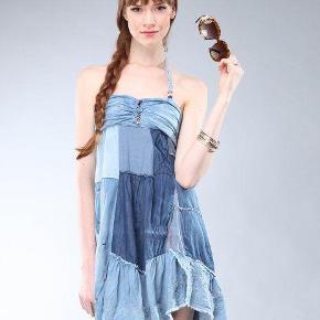 Varetype: Andet Farve: Blå  Ca 93cm lang  Bryst ca 37cm x 2 med elastik så kan give sig  Denim patchwork  Boheme lækker