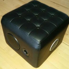 Music rocker cube højtaler sælges.  Har stået fremme, men aldrig været brugt Måler 44 × 44 × 37 cm Data kan findes på nettet Befinder sig i nørhalne, men kan evt komme til Aalborg ved lejlighed eller mod ekstra betaling