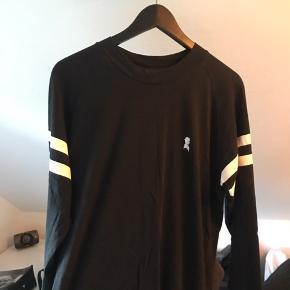 Jeg sælger denne langeærmet Shawn London t-shirt. Den er i god stand. Befinder sig nær Slagelse, men kan også sendes. Kan også kontaktes på 42402208