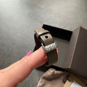 Bottega Veneta armbånd sælges  Brugt få gange, kan overhovedet ikke ses på armbåndet Har desværre ikke kvitteringen længere Har æske, dustbag og pricetag
