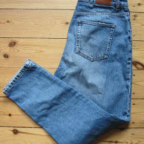 Jeans er mærket af brug, hvilket klæder dem. Og så er der ikke noget stretch i dem, passer en small.