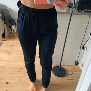 Pænere bukser fra Moss Copenhagen i luftigt stof. De er lagt op så de passer en på 165 cm men det er ikke klippet af, så kan man finde ud at sprække sygningen op kan de godt finde højere. Ellers kan man lade dem være som de er.  Billedet af sygning ses på 4. billede De er mørkeblå og der tages ikke flere billeder eller mål - prisen er fast  #30dayssellout