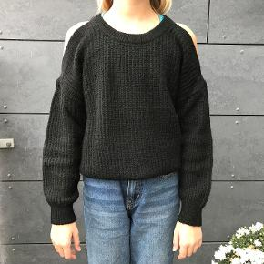 Cool sort strik med off shoulder effekt. Strikken er fra Little Remix og er en str. 12 år. Materiale: 30%acryl,30% nylon,25% wool, 15% mohair. Forsendelse er via DAO incl Track & Trace, og koster 33 kr. Jeg er ikke interesseret i at bytte.
