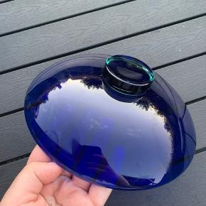 Flot skål fra Holmegaard. Har en tone af dyb blå, med skær af grøn i bunden.  Spørg endelig for mere info 🥰