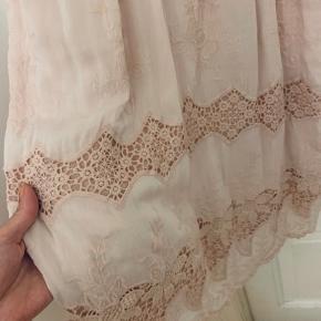 Fineste lyserøde kjole med blonder og justerbare stroppe. Helt ny.