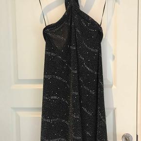Sexy halterneck nytårs kjole i stretch stof med palietter effekt. Str M i den, small passer typisk også. nypris 500kr