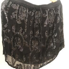 Ganni nederdel med sorte palietter i forskellige mønstre, str. L. Byd! 🎈