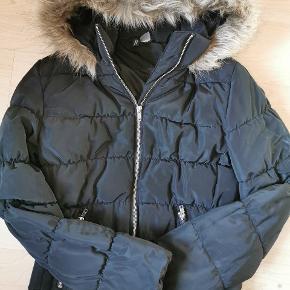 Sælger denne jakke fra h&m i størrelse small, kun gået med få gange.  Pris 90,- 🌸