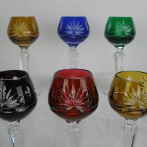 Varetype: Römer Likørglas 13 cm Størrelse: 13 Farve: Diverse  Smukke römer likørglas i forskellige farver.  Glassene måler 13 cm i højden.  Prisen er per glas. Jeg har seks styk tilbage.  Alle glassene er i fin stand uden skader.  Kan sendes for 40 kroner.  Ingen byttehandel tak.  80-85