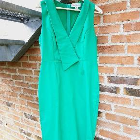 Lækker Grøn kjole fra Paper dolls i str. 16 / 44. Det er i behageligt strækmateriale som gør at den sidder flot. Den er knælang med slids bagpå.