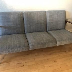 Sælger denne lysgrå sofaen, da det skal købes ny og større. Få brugsspor.  Levering indenfor Aarhus til kantsten, hvis det ønskes. Skal dog aftales hvornår. Levering inkluderet i prisen ☺️