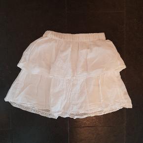 Sælger denne nederdel med flæser, fordi jeg ikke har fået den brugt særlig meget🌸 Ingen tegn på slitage. Byd gerne