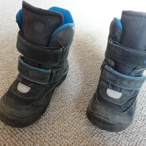 Meget lækre vinterstøvler str. 24 mrk. ECCO, fejler ingenting, lukkes med velco så den sidder godt på   barnets fod, har kostet Kr. 700,- kan bruges både af en pige og dreng.