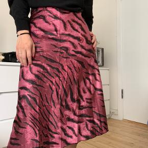 metallisk satin nederdel fra Vero Moda med elastik i bag, som jeg faktisk aldrig har haft på. 🌸 (skal lige stryges)