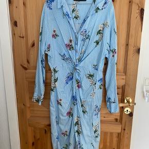 Kjolen er vasket og brugt én gang til et bryllup. Jeg er selv en xs men brugte den med et bælte i taljen, hvilket var så fint.