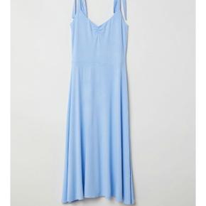 Lang lyseblå kjole! Kan justeres i stropperne, så passer flere størrelser.  Nypris 179,-