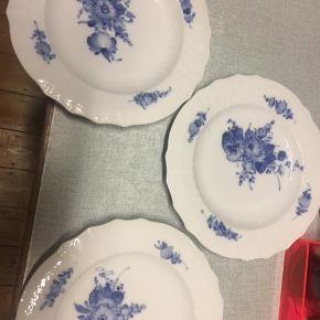 Royal Copenhagen tallerkner  3 stk Middagstallerkner/lidt dybe. 2 meget små skår i 2 af dem. Flere billeder kan sendes.  (Prisen er for alle 3)  Kom med et bud.  Afhentes ved Ryparken