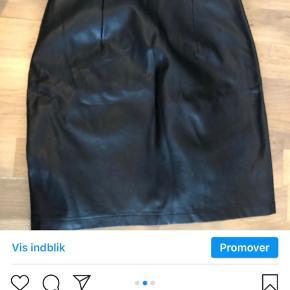 """""""Læder"""" nederdel i str xs med lynlås i siden :)."""