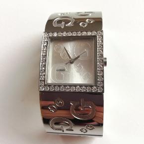 Skøn ur fra Guess, aldrig brugt, den har stadig beskyttelses film på ur skærm. Sender gerne og hurtig, med forsikret pakke.