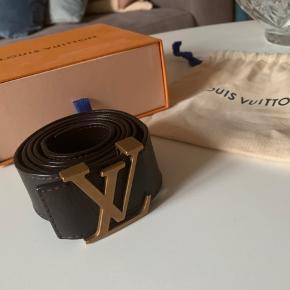 Louis Vuitton bælte næsten som nyt. Brugt 4 gange ellers har det ligget i æsken. Kvittering haves desværre ikke da jeg har fået det i gave, men jeg står 100% inde for kvalitet og at det er originalt. 115 cm  Man er velkommen til at komme og se det. Ønsker ikke at bytte til anden varer 😊